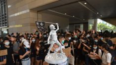 Estudantes protestam em frente ao colégio de jovem baleado em Hong Kong