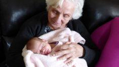 Foto viral de recién nacida que se encuentra con su bisabuela por primera vez explota en Internet