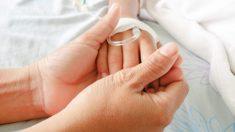 """Enfermeras se """"enfrentan"""" en una divertida batalla Nerf con un niño que lucha contra un cáncer cerebral"""