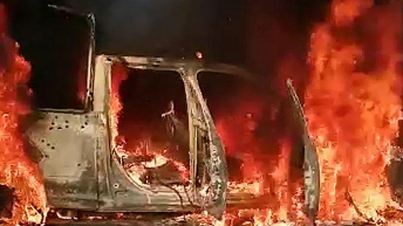 Visão geral na segunda-feira de uma patrulha policial incinerada após ser emboscada por um grupo armado em Aguililla, estado de Michoacán (México) (EFE / STR)