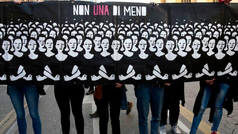 """Membros do grupo feminista """"Non Una di Meno"""" (Nenhuma a Menos) participam de uma marcha durante o Congresso Mundial das Famílias (WCF) em 30 de março de 2019 em Verona, Itália (FILIPPO MONTEFORTE / AFP / Getty Images)"""