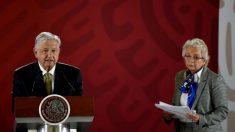 Deputado entrega cigarro de maconha à secretária de governo de López Obrador 'para construir a paz'