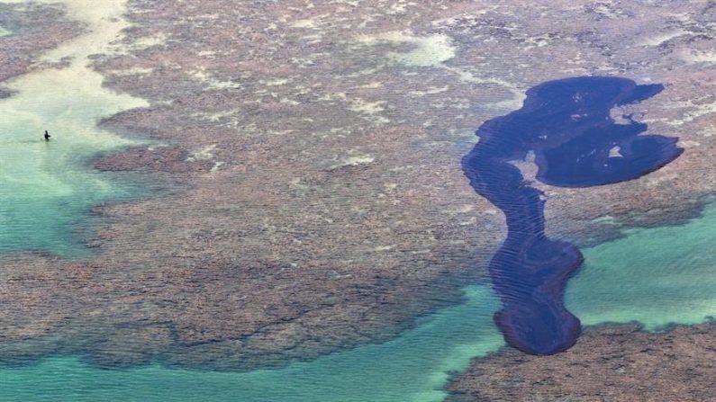 Fotografia de 17 de outubro de 2019, cortesia do governo de Pernambuco, mostra a mancha de óleo que atingiu a costa nordeste da praia de Peróba em Maragogi, Alagoas, Brasil (EFE / Diego Nigro / Governo de Pernambuco)
