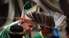 Sínodo: Papa assiste ritual indígena e recebe anel de Tucum dos participantes