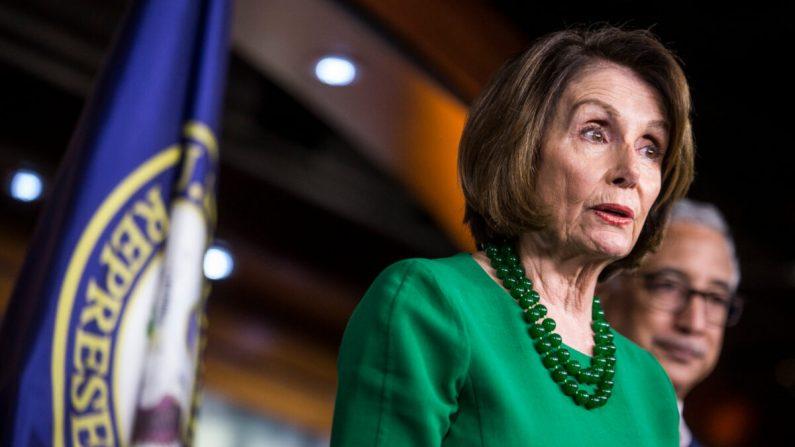 La presidenta de la Cámara de Representantes, la demócrata Nancy Pelosi, habla durante una conferencia de prensa en Washington, el 15 de octubre de 2019. (Zach Gibson/Getty Images)