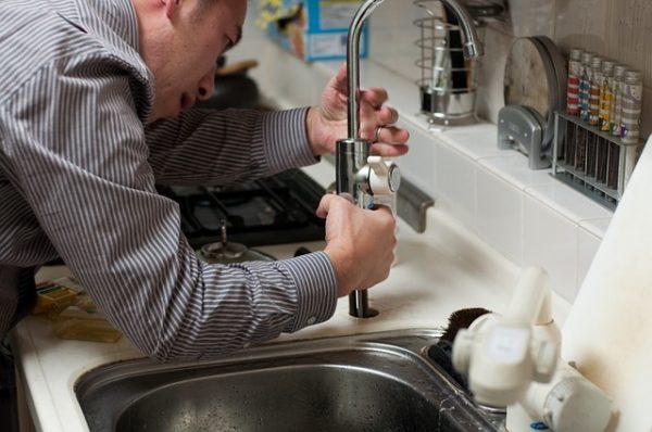 esposo arreglando lavadero
