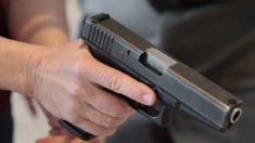 Madre entrega a su hijo a la policía luego de descubrir que planeaba un tiroteo en su escuela