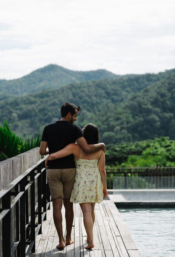 hombre y mujer caminando juntos, viaje