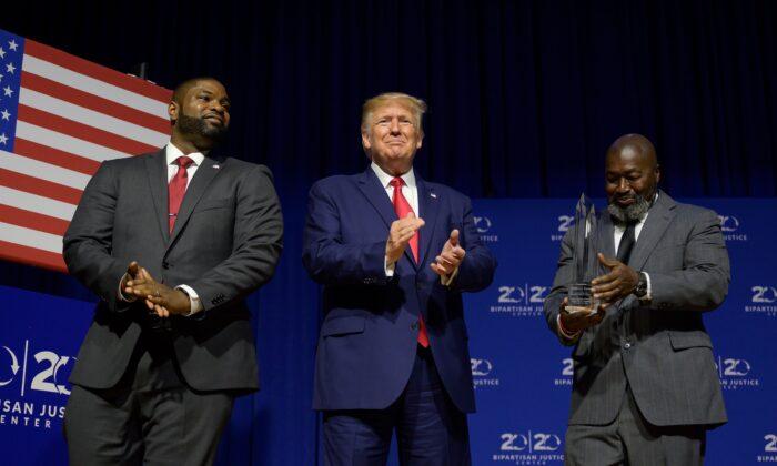 El presidente Donald Trump recibe el Premio bipartidista de la justicia por Matthew Charles (der.), quien fue liberado de la prisión federal a través de la Ley del Primer Paso, antes de pronunciar un discurso en el Foro Presidencial de Justicia del Segundo Paso de 2019 en Columbia, Carolina del Sur, el 25 de octubre de 2019. (Jim Watson/AFP vía Getty Images)
