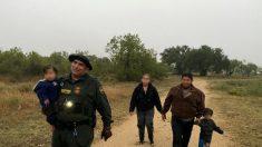 Rescatan en Texas familia de hondureños indocumentados con niños pequeños abandonados bajo la lluvia