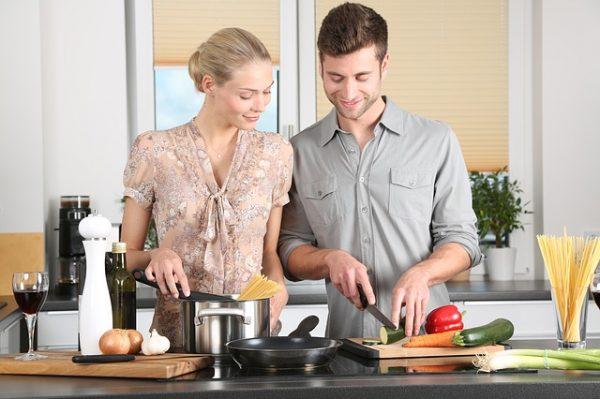 hombre cocinando, mujer