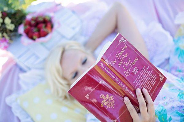 mujer leyendo, relajada