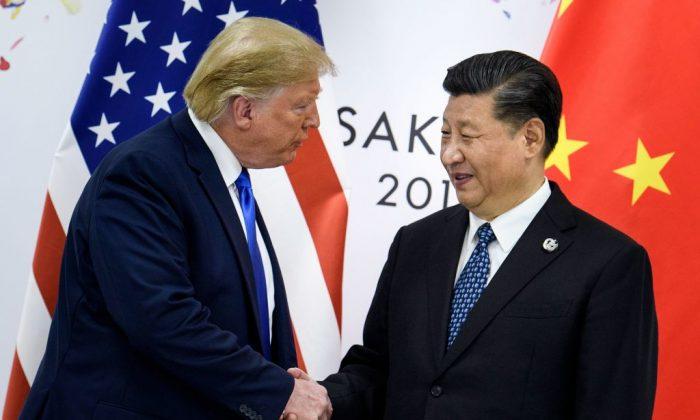 El líder chino Xi Jinping da la mano al presidente estadounidense Donald Trump antes de una reunión bilateral al margen de la Cumbre del G20 en Osaka, el 29 de junio de 2019. (Brendan Smialowski/AFP/Getty Images)