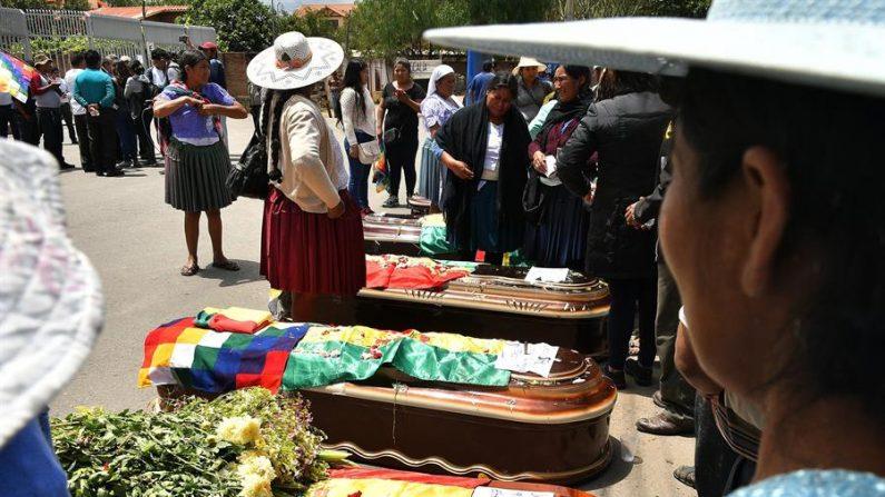 Ciudadanos rodean los féretros de varios de los fallecidos tras los disturbios con las fuerzas del orden, frente al Instituto de Investigaciones Forenses en Cochabamba (Bolivia). EFE/ Jorge Ábrego