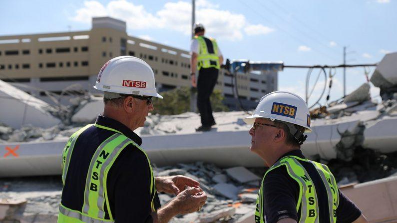 Un miembro de la NTSB que investiga el colapso de un puente en el campus de la FIU examina los escombros. (Chris O'Neil/NTSB)