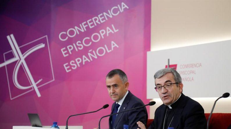 El secretario general de la Conferencia Episcopal Española (CEE), Luis Argüello, y el vicesecretario para asuntos económicos, Fernando Giménez Barriocanal, este viernes en rueda de prensa tras la reunión de la Asamblea Plenaria. EFE/David Fernández
