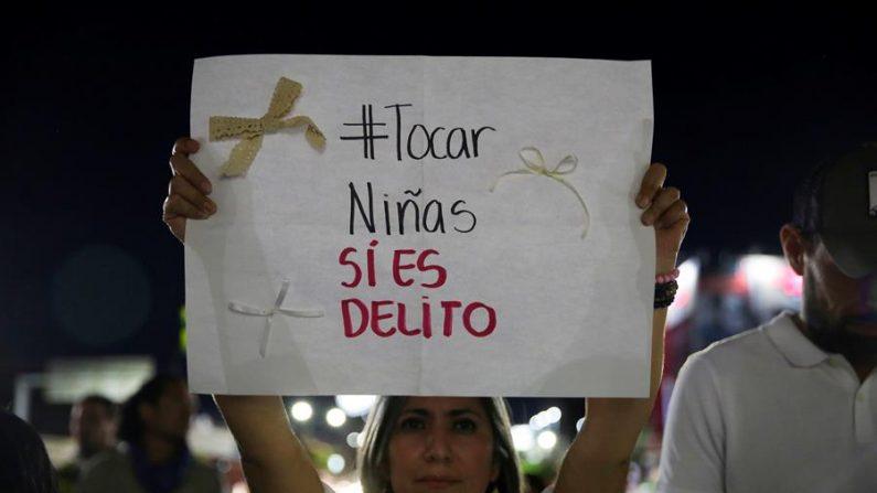 Decenas de ciudadanos se reunieron en las calles de San Salvador para manifestarse en contra de la decisión de la justicia de El Salvador luego de que fallaran a favor de un magistrado acusado de tocar las partes íntimas de una menor. (EFE/Rodrigo Sura)