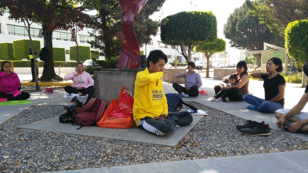 El joven mexicano comparte con sus compañeros de la universidad los ejercicios de Falun Dafa que les permiten mejorar interna y externamente. (Crédito: cortesía de José Eduardo)
