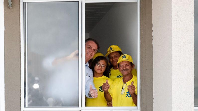(Campina Grande - PB, 09/11/2019) Presidente da República, Jair Bolsonaro durante visita a nova residência da Senhora Aparecida Calute Silva e seus filhos Daniel, Gabriel, Gabrielly e Raiane (Foto: Alan Santos/PR)
