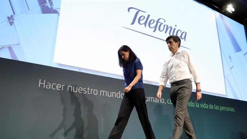 El presidente ejecutivo del Grupo Telefónica, José María Álvarez-Pallete (d), junto a la directora general de Finanzas y Control, Laura Abasolo (i), durante la rueda de prensa ofrecida por la empresa este jueves en Madrid, tras la celebración del Consejo de Administración de la compañía. EFE/ Kiko Huesca