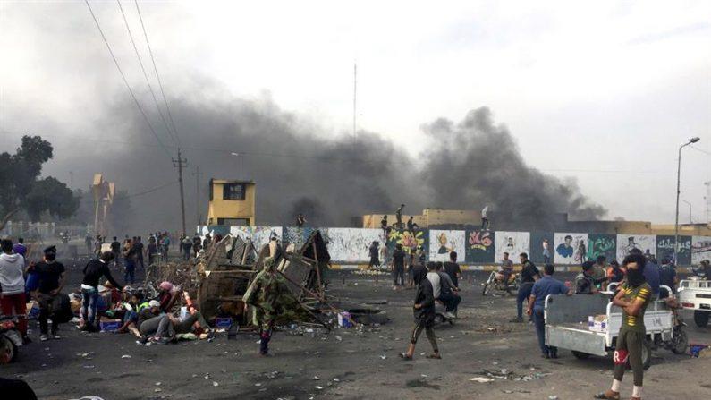 Humo negro se eleva sobre una base militar durante los enfrentamientos entre manifestantes y las fuerzas de seguridad del Estado, en la ciudad de Nasiriya, al sur del país. EFE/ Haider Al-assadee