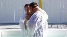 Enfermo de cáncer ateo cumplió su último deseo antes de morir: ser bautizado