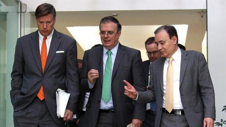 De izquierda a derecha: El embajador de Estados Unidos en México, Christopher Landau; el secretario de Relaciones exteriores de México, Marcelo Ebrard, y el ministro de seguridad y protección ciudadana, Alfonso Durazo. EFE/SRE/SOLO USO EDITORIAL