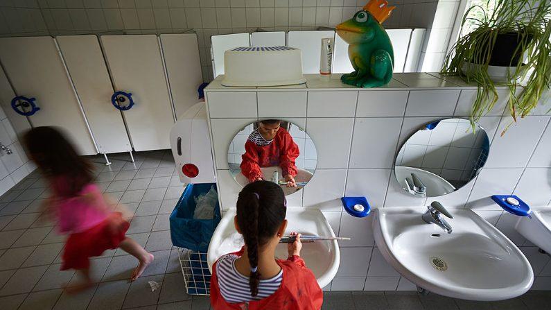 Niñas lavan sus pinceles en el baño de la escuela. (Thomas Lohnes/Getty Images)
