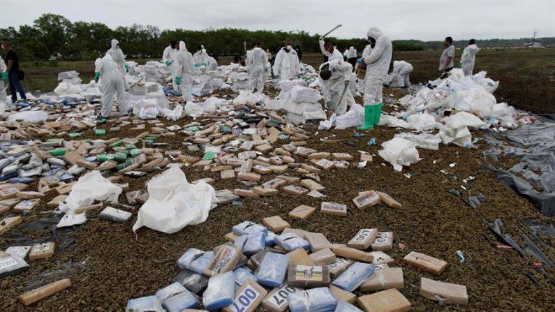 Unidades de la Policía Nacional destruyen este viernes 24.6 toneladas de drogas en la desembocadura de Río Bayano, en Chepo. EFE/Bienvenido Velasco