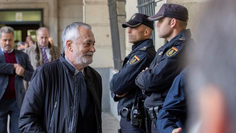 El expresidente de la región de Andalucía, José Antonio Griñán, a su llegada a la Audiencia de Sevilla. EFE/Julio Muñoz