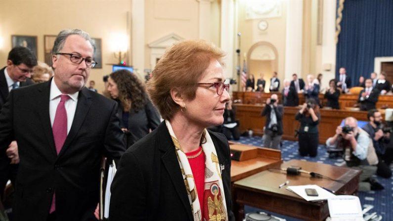 La ex embajadora de EE. UU. En Ucrania, Marie Yovanovitch (C) se va al concluir su testimonio en la audiencia del Comité Permanente de Inteligencia de la Cámara sobre la investigación de juicio político sobre el presidente de los Estados Unidos, Donald J. Trump, en Capitol Hill. Washington (Estados Unidos), 14 de noviembre de 2019. (Michael Reynolds Via: EFE / EPA)