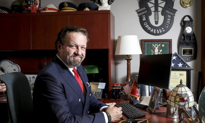 El Dr. Sebastian Gorka, conductor conservador de radio de 'America First', en su oficina de Salem Radio Network en Arlington, Virginia, el 22 de octubre de 2019. (Samira Bouaou/La Gran Época)