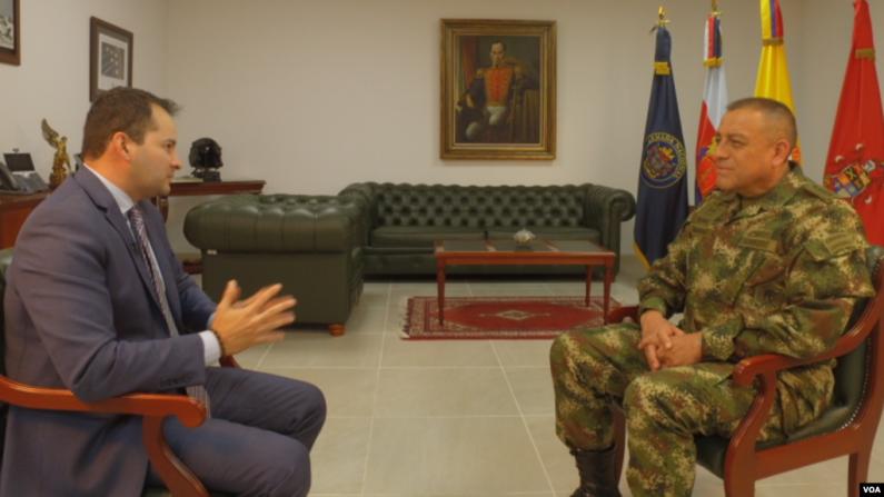 Ministro de Defensa de Colombia y comandante de las FF.MM., general Luis Fernando Navarro, denuncia la expansión del ELN en Venezuela. (VOA)