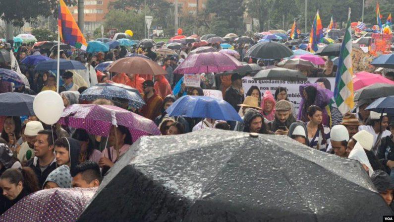 En una acción multitudinaria que no se veía en años en Colombia, estudiantes, líderes sociales, maestros, artistas, pensionados, comunidades de minorías, y trabajadores salieron a protestar en medio de una fuerte lluvia contra las políticas del gobierno del presidente Iván Duque. (VOA)
