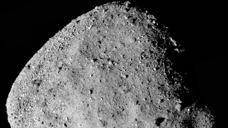 Esta es una imagen en mosaico del asteroide Bennu, de la nave espacial OSIRIS-REx de la NASA. El descubrimiento de azúcares en los meteoritos apoya la hipótesis de que las reacciones químicas en los asteroides pueden desarrollar algunos de los ingredientes de la vida. (NASA/Goddard/Universidad de Arizona)