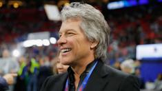 Bon Jovi dona medio millón de dólares para construir casas para veteranos de guerra sin hogar
