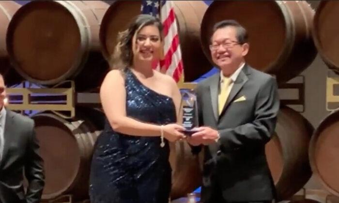 La presidenta de la Asociación de Oficiales de Narcóticos de California, Faye Maloney, entregó el premio al ciudadano del año a Frank Lee en Pleasanton, California, el 24 de octubre. (Nathan Su/La Gran Época)