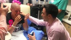 Namorado leal apoia namorada durante câncer de mama e propõe a ela em seu último dia de quimioterapia