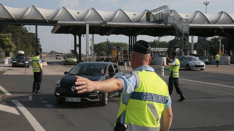 Oficiales controlando el tráfico en una caseta de peaje de una autopista en Fleury-en-Bière (Crédito JACQUES DEMARTHON/AFP vía Getty Images)