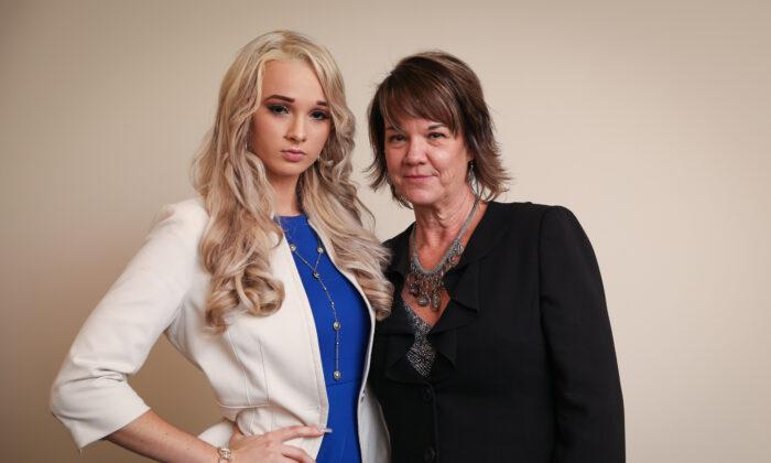Courtney Litvak (izq.), una sobreviviente del tráfico sexual, y su madre Kelly Litvak, fundadora de Childproof America, en Houston, Texas, el 7 de noviembre de 2019. (Samira Bouaou/The Epoch Times)