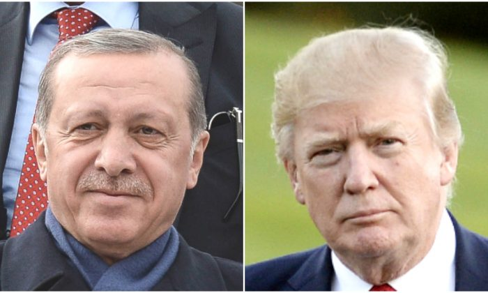 (Izq.) El presidente turco Tayyip Erdogan saluda a sus seguidores en el aeropuerto de Ankara Esenboga en Ankara, Turquía, el 17 de abril de 2017. (Der.) El presidente Donald Trump camina por el jardín sur después de regresar a la Casa Blanca en Washington el 9 de abril de 2017. (Elif Sogut/Getty Images; Olivier Douliery-Pool/Getty Images)