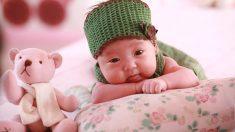 Bebé síndrome de Down le regala una tierna sonrisa a su  mamá adoptiva y su video se vuelve viral