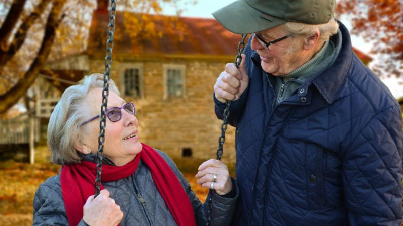Aquellos con una perspectiva positiva sobre el envejecimiento tienden a vivir más y mejor. (Pixabay)