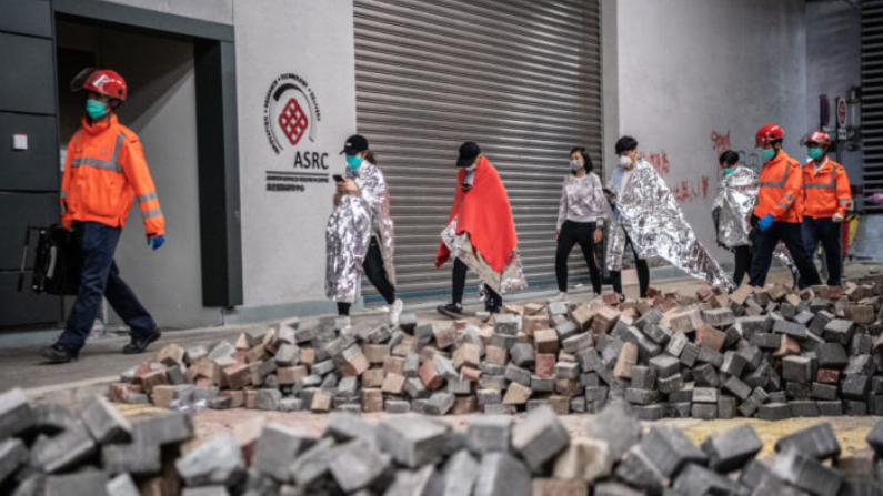 Médicos dirigen a los manifestantes a la Universidad Politécnica de Hong Kong el 20 de noviembre de 2019. (Laurel Chor/Getty Images)