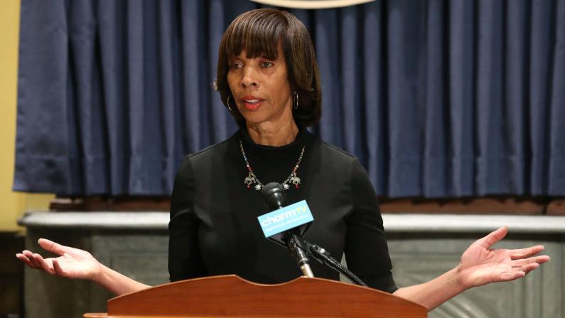 La ex alcaldesa de Baltimore, Catherine Pugh, habla sobre la remoción nocturna de cuatro estatuas confederadas en la ciudad, el 16 de agosto de 2017. (Mark Wilson/Getty Images)