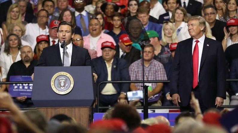El presidente Donald Trump escucha al candidato republicano a la gobernación de Florida, Ron DeSantis, hablar en una reunión en el Florida State Fair Grounds Expo Hall el 31 de julio de 2018 en Tampa, Florida. (Foto de Joe Raedle/Getty Images)