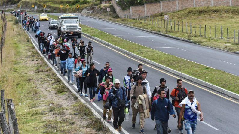 Migrantes venezolanos que se dirigen a Perú caminan por la carretera Panamericana en Tulcan, Ecuador, después de cruzar desde Colombia, el 21 de agosto de 2018. (LUIS ROBAYO / AFP / Getty Images)