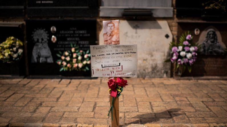 PATERNA, ESPAÑA - 28 DE AGOSTO: Un homenaje floral que recuerda a una víctima ejecutada por el régimen de Franco en el cementerio de Paterna el 28 de agosto de 2018. (David Ramos / Getty Images)