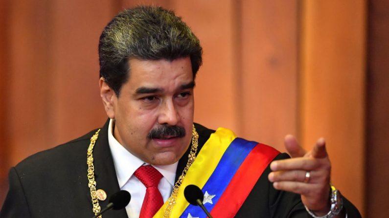 El líder chavista de Venezuela, Nicolás Maduro, pronuncia un discurso después de jurar un nuevo mandato en la Corte Suprema de Justicia (TSJ) en Caracas el 10 de enero de 2019. (Yury Cortez / AFP a través de Getty Images)