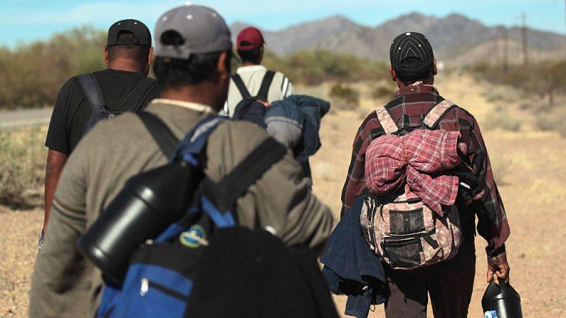 Foto ilustrativa de inmigrantes indocumentados entrando a Estados Unidos.  (John Moore/Getty Images)